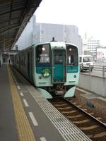 高松駅に停車中の徳島行1500形新型気動車【2007-04-01】