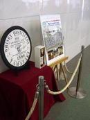 大阪城ホール北玄関を入ったところに展示されていた第25回記念ウィスキーの見本展示《樽蓋含む;071202撮影》