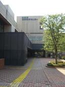 東京都多摩教育センター正面玄関とそれに通ずるプロムナード。都立多摩図書館は正面玄関を入って左斜め前方に位置する《080223撮影》