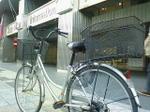 自宅から1時間少しかけてフェスティバルホールまで・・・写っている自転車は自宅から走らせた私の自転車(080429フェスティバルホール前にて撮影)