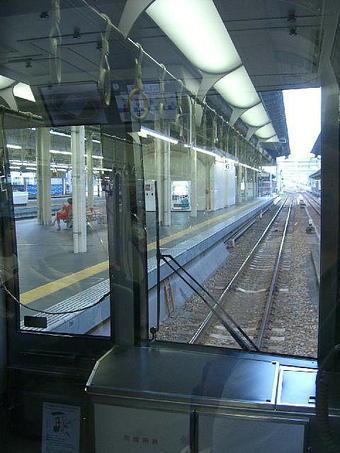 大阪05:40発の西明石行き各駅停車の先頭車両からの前面展望。車番「クモハ320-14」