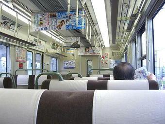 西明石06:47発姫路行き普通列車(西明石始発)の車内。前から2両目の223系車両