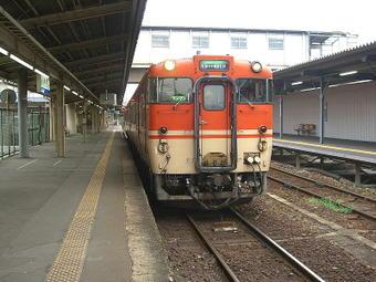 地上に残る姫路駅0番のりばに停車中の姫路07:28発姫新線・播磨新宮行き普通列車。キハ40系47形2連
