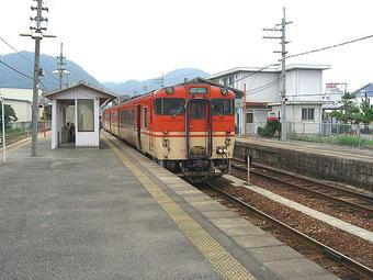 終着駅・播磨新宮に到着。ここで佐用行きが来るのを待った。近くには素麺「揖保の糸」の工場がある