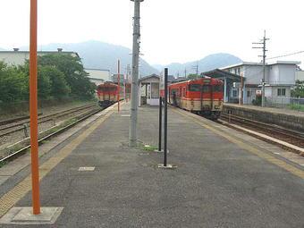 播磨新宮駅の同一島式ホーム上に停車中の佐用からの単行ディーゼルカー(左)と姫路からの2両編成ディーゼルカー(右)