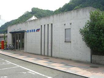 JR&智頭急行・佐用駅舎。ここを入って左に折れて階段を下り、右に折れるときっぷうりば(みどりの窓口)が見える