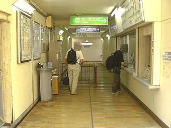 佐用駅きっぷうりば。JRの「みどりの窓口」の他、通路を挟んでJR線自動券売機と智頭急行線自動券売機が互いに斜め方向に向き合う配置となっている