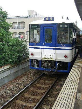 佐用駅智頭急行線ホームに入線した智頭行普通列車単行ディーゼルカー(HOT3500形)。家族連れ等で混雑していた