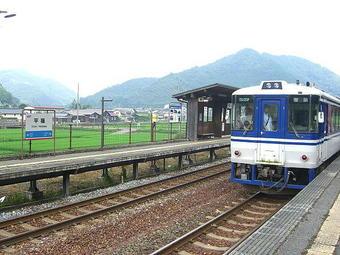平福駅で行き違い列車の待ち合わせと後続の特急列車の通過待ちを行う我が智頭行普通列車
