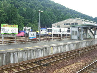 大原駅に隣接している大原事業所(車両基地)内に停まっているカラフルなラッセル車。隣にはHOT3500形単行ディーゼルカー1両も