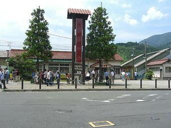 智頭駅の駅前広場に集う「スーパーはくと」車両リニューアル編成試乗会の参加者たち。家族連れが目立ち、鉄道ファンの姿はさほど多くなかった