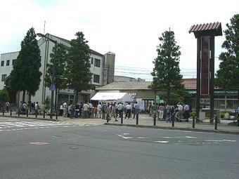 JR駅舎と智頭急行駅舎との境界付近に白テントと机等が設営され、ここで試乗会参加者の受付が行われた