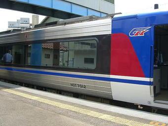 試乗列車の最後尾車両(鳥取方先頭車両)の車番「HOT7012」。智頭駅にて