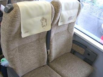 普通車自由席の座席。モケットが鳥取砂丘をイメージした文様の入ったものに張り替えられている