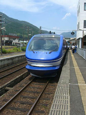 「スーパーはくと」リニューアル編成・試乗列車の智頭方先頭車両の前面部分。智頭駅にて