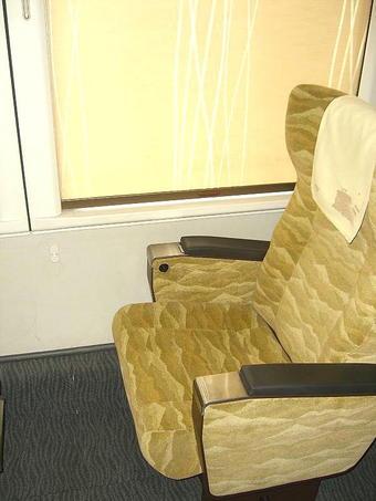 グリーン室の1人掛け座席。ちょっと見えにくいかも知れないが、側壁部分にコンセントが備えられているのが見える