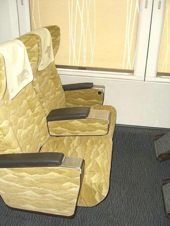 グリーン室の2人掛け座席。こちらには電源コンセントは備えられていない