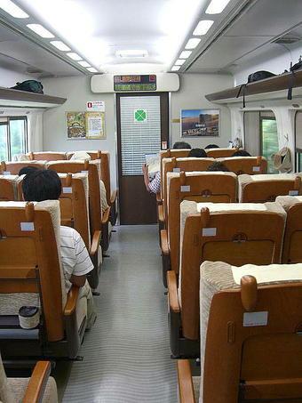 普通車指定席(半室グリーン車の残り半室部分)の車内。座席背面が木張りとなっているのが見える