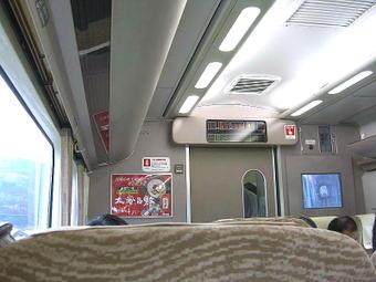 普通車自由席の客室内(一部分)。座席と床面を除いて従前のままとなっている