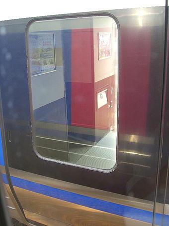 試乗列車の車窓から見えた、大原ですれ違った「スーパーはくと5号」運用編成のデッキ風景。同じようにリニューアルは済んでいるように見受けられた