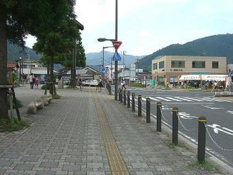 智頭駅駅前広場の向かい側に特設されていたグッズ類等の売場《右手奥の白テントのある場所》。かき氷や飲料水の販売も行われていた