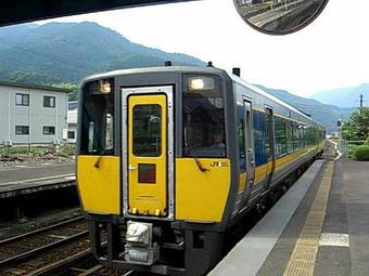 JR線智頭駅1番のりばに入線してきた岡山行き「スーパーいなば6号」。JR西日本のキハ187系気動車(500番台)2両編成