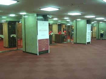 フェスティバルホール正面入口前の様子。ウィーン・フィルハーモニー管弦楽団・来日公演を告げる立て看板が2枚立てかけられているのが見える《080915撮影》