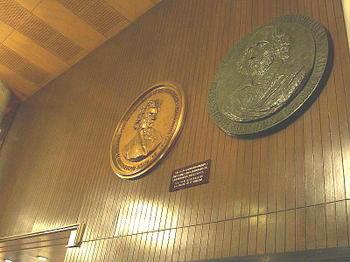 フェスティバルホール正面入口を入って左手の上部に飾られているベートーヴェンとシェークスピアの円形レリーフ《080915終演後に撮影》