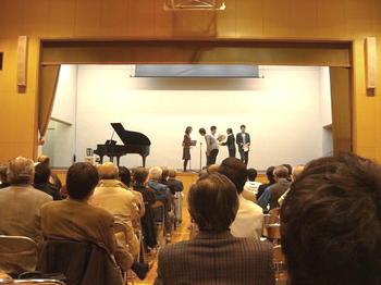 スタッフ陣から有元先生とピアノ伴奏者に対して花束が贈られた《081127撮影》
