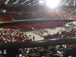 大阪城ホール・向正面側(舞台上手寄り)から眺めた今年の「1万人の第九」の舞台。その舞台を囲んで合唱団員たちがめいめいに本番前のひとときを過ごしている《081207休憩時に撮影》