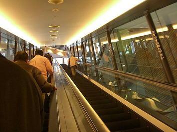 ホール玄関の改札くぐり、このエスカレータを上ったところが1階席ロビー《081223撮影》