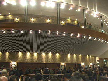 1階席ロビー。2階席・3階席へはこのロビーの両端にある階段を使って更に上っていく《081223終演後に撮影》
