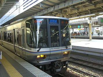 大阪09:30発の姫路行き新快速。223系電車12両編成だった《081220撮影》