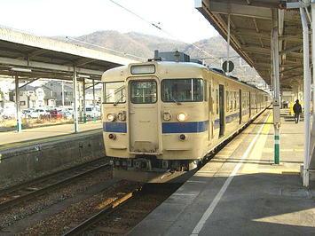 糸崎駅に停車中の、糸崎始発岩国行き普通列車。先頭車両(岩国方先頭)の前照灯は最初からシールドビーム仕様《081220撮影》