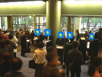 玄関ロビーにて楽団への支援を呼び掛ける大阪センチュリー交響楽団の関係者たち(2)。青四角に「セ」の黄色字で顔を隠しているのがセンチュリー響の関係者たち《081228終演後に撮影》