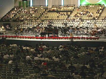 公演本番に備えてステージ上に用意されたピアノを調律するピアノ調律師。緊張が高まる《081221休憩中に撮影》