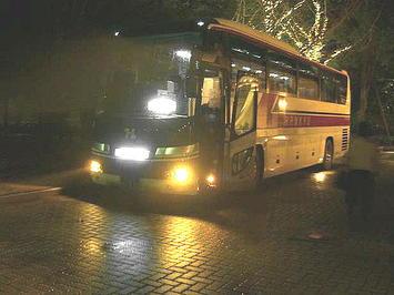 サンプラザ敷地内で大阪(梅田)に向けての出発準備に入っている、広島県外向け募集で参加した合唱団員たちを乗せた観光バス車両《081221撮影》