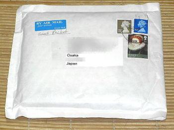 """英国(イギリス)から""""小形包装物""""扱いの航空便にて届いた注文CD。緩衝材(プチプチ)の内蔵された封筒に封入されていた《090707撮影》"""