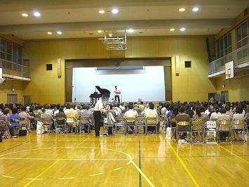 クラス担任(有元先生)が壇上に上がってレッスン開始へ《090910撮影》
