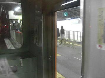 新今宮駅に停車中の大阪環状線・外回り電車の中から見えた関空特急「はるか」の通過シーン