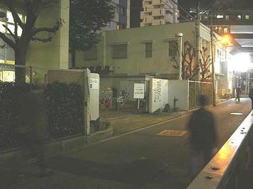 レッスン会場である梅田東学習センター体育館の正門を斜め方向から望む