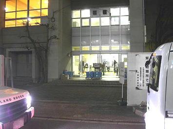 レッスン会場(梅田東学習センター体育館)の正門前にて。この日はすぐ前の狭い道路が車の列でいっぱいの状態だった