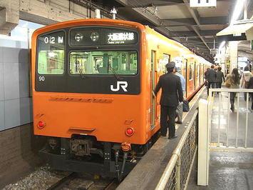 大阪環状線・内回り発着ホームに停車中のオレンジ色4つドアの電車。今回はこれに乗って大阪を目指した《091112撮影》