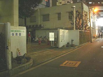 レッスン会場・梅田東学習センター体育館の正門《091112撮影》