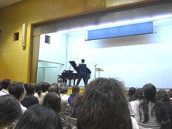 """有元クラス名物""""シャッフル""""移動終了後の光景(2)。ついでに伴奏ピアノにもデジカメのレンズを向けていた《091112撮影》"""