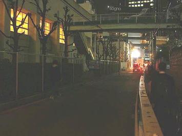 レッスン会場「梅田東学習センター体育館」と、その側を走る狭い道路。夜空の下に於けるこれらの光景は当面見納めとなる《091126撮影》