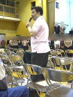 折りたたみ椅子で設えた即席の指揮台に立つクラス担任の有元先生。このあと、ソリスト役に指揮役にと忙しく動き回った《091126撮影》