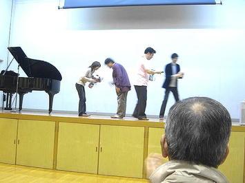同じくMBS側スタッフからピアノ伴奏者に花束の贈呈。有元先生と共に色々お世話になりました《091126撮影》