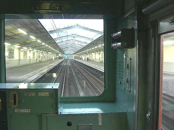 大阪城ホール最寄駅「大阪城公園」に到着する大阪環状線・内回り電車