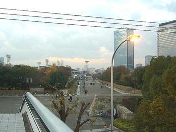 大阪城公園駅駅舎を出たところにある歩道橋上から見える、大阪城ホールにつながるプロムナード